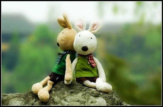 小兔子捧着饭碗,对大兔子说:想你。 我不就在你身边吗?大兔子说。 可我还是想你。小兔子咋吧咋吧嘴, 我每吃一口饭都要想你一遍, 所以,我的饭又香又甜,哪怕是我最不喜欢的卷心菜。 大兔子不说话,只是低着头继续吃饭。 大兔子和小兔子一起散步。 小兔子一蹦一跳,对大兔子说:想你。 我不就在你身边吗? 大兔子说。可我还是想你。 小兔子踮起脚尖,我每走一步路都要想你一遍, 所以,再长的路走起来都轻轻松松,哪怕路上满是泥泞。 大兔子不说话,只是慢悠悠地继续走路。 大兔子和小兔子坐在一起看